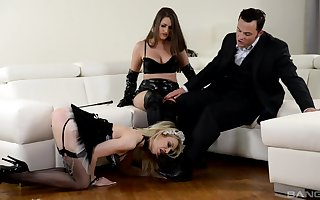 Strap-on pastime at near hardcore FFM trinity on touching Chessie Kay increased by Linda J.